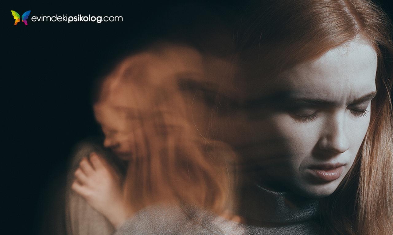 anksiyete krizi geçiren genç kadın
