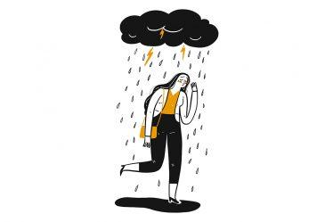 yağmurun altında yürüyen kadın