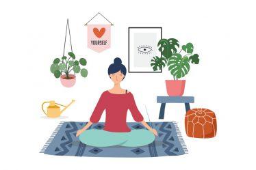 evinin salonunda yoga yapan kadın
