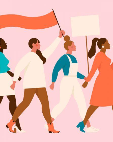 ellerinde bayraklarla yürüyen kadınlar